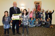 Leerlingen Mariaschool brengen wethouder Jan den Dunnen gezond ontbijt op gemeentehuis